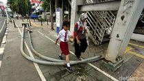 Tiang PJU Halangi Jalur Pejalan Kaki di Kampung Melayu