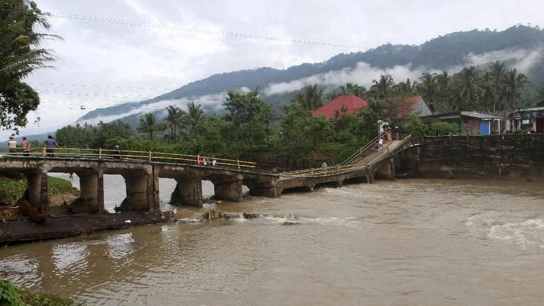 Duh! Jembatan di Solok Selatan Ambruk Diterjang Banjir