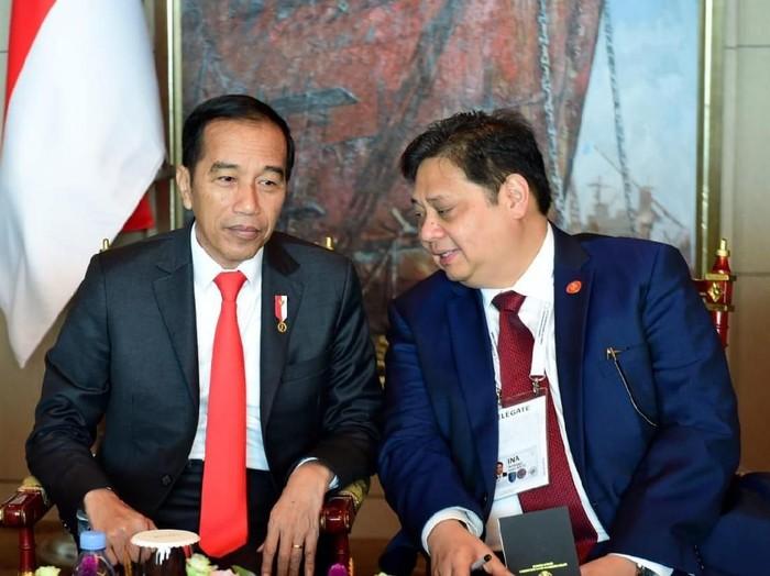 Presiden Joko Widodo (Jokowi) dan Menko Bidang Perekonomian Airlangga Hartarto di Korea Selatan