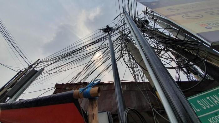 Warga Khawatir, Kabel Listrik di Jalan Pejuang Bekasi Semrawut