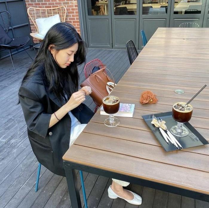 Ini Bae Suzy, pemeran Go Hae-ri yang sedang bersantai dengan segelas es Americano di hadapannya. Foto: Instagram