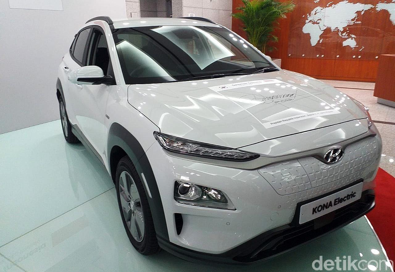 Presiden Joko Widodo (Jokowi) menyambangi pabrik mobil Hyundai di Ulsan Korea Selatan. Jokowi sempat menandatangani salah satu mobil listrik Hyundai.