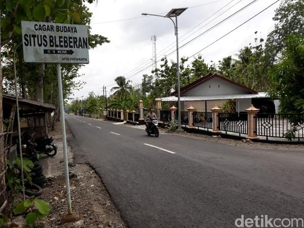 Untuk mencapai situs tersebut, pengunjung hanya perlu melakukan perjalanan darat sejauh 34 kilometer dari jantung Kota Yogyakarta ke arah selatan. Sesampainya di Kecamatan Playen, pengunjung hanya perlu mengikuti petunjuk ke tempat wisata air terjun Sri Getuk. (Pradito Rida Pertana/detikcom)