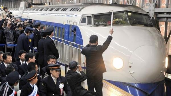 Shinkansen 0-Series berwarna biru dan putih yang ikonik di tahun 1964 sudah lama pensiun, namun itulah pesona awalnya. Keretacepat Jepang secara luas dianggap sebagai simbol pemulihan setelah Perang Dunia II (Foto: CNN)