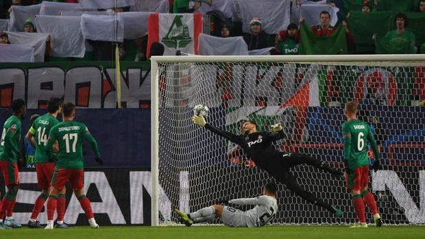 Leverkusen unggul di babak pertama lewat gol bunuh diri.