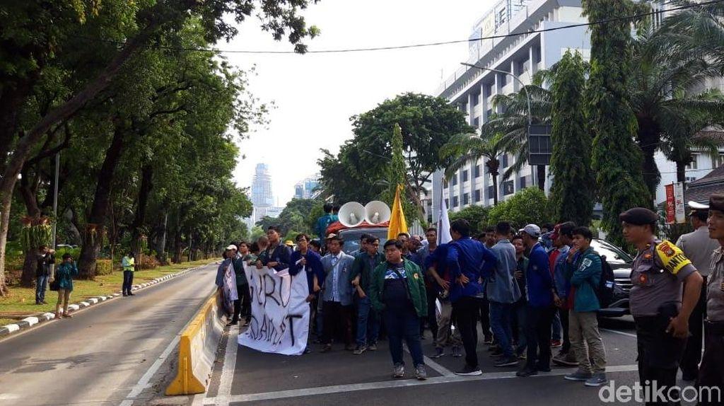 Mahasiswa Long March dari Patung Kuda ke Istana, Tuntut Kesejahteraan Guru