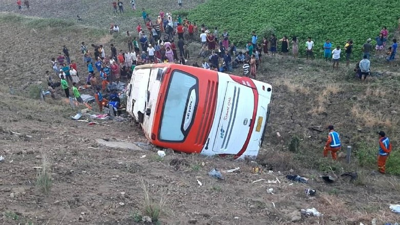 Foto-foto Kecelakaan Bus Kramat Djati di Tol Sumo