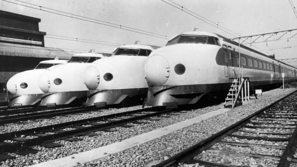 Pada 1 Oktober 1964 kereta biru dan putih yang ramping meluncur melintasi Kota Tokyo. Di jalurnya itu, ia melesat ke selatan menuju Kota Osaka (Foto: CNN)
