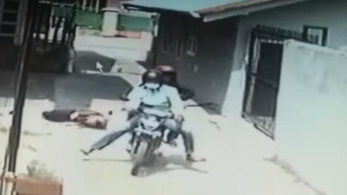 Foto: Tangkapan layar dari video CCTV yang merekam penjambretan di Medan