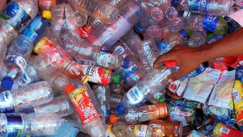Pekerja memilah sampah botol plastik bekas minuman yang akan diolah di kawasan Badung.
