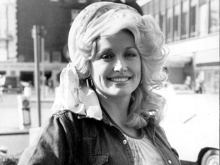 20th May 1977:  Country music queen Dolly Parton is back in London after performing at the Kings Theatre, Glasgow, at a Scottish Royal Jubilee Television Special in the presence of the Queen, she now commences on a tour of Britain and the continent.  (Photo by Keystone/Getty Images)
