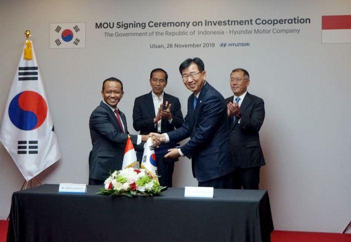 Kepala BKPM Bahlil Lahadalia (kiri) disaksikan Presiden Jokowi (kedua kiri) menandatangai nota kesepahaman investasi dengan Presiden dan CEO President Lee Won-hee (kanan) disaksikan Hyundai Motor Group di Korea Selatan. Foto: dok. BKPM