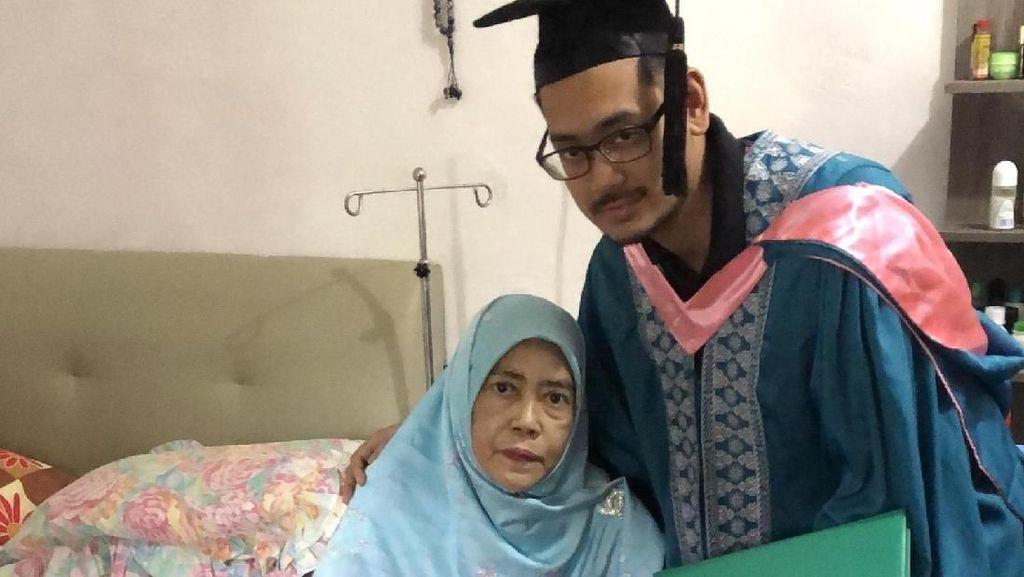 Viral Foto Pria Wisuda Kedokteran dengan Ibunya yang Sakit Kanker Buat Haru
