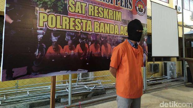Seorang guru kontrak di sebuah Sekolah Dasar (SD) di Banda Aceh ditangkap karena diduga mencabuli enam siswinya.