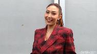 Raffi-Nagita Hadiahi Sandal ke Ayu Dewi, Harganya Rp 21 Juta