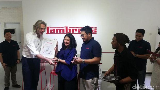 Peresmian diler Lambretta dengan mengundang pembeli pertama