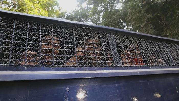 Militan Bangladesh berteriak dari dalam van polisi usai dijatuhi vonis mati (AP Photo/Mahmud Hossain Opu)