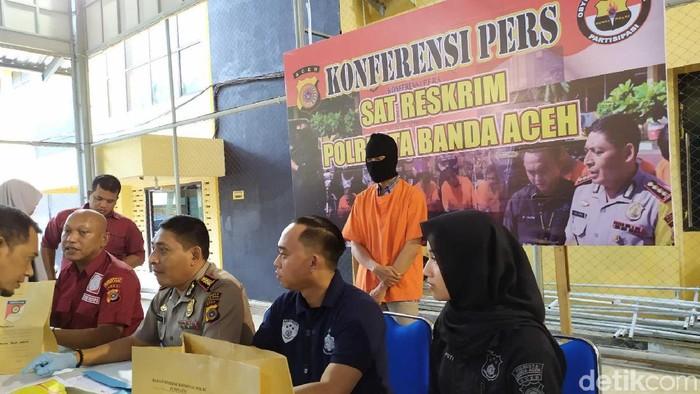 Seorang guru kontrak di sebuah sekolah dasar (SD) di Banda Aceh ditangkap karena diduga mencabuli enam siswinya. (Agus Setyadi/detikcom)