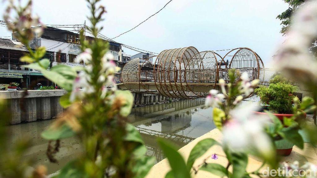 Jembatan Krendang, Spot Swafoto Favorit Anak Muda hingga Emak-emak
