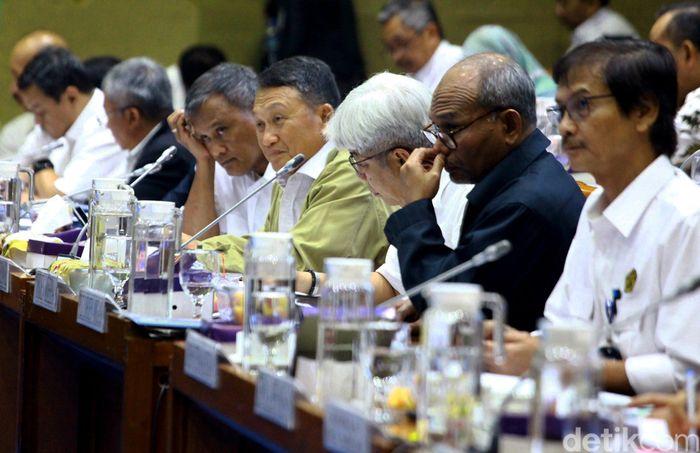 Rapat dimulai sekitar pukul 10.10 WIB. Menteri ESDM Arifin Tasrif datang dengan mengenakan kemeja putih. Dia datang bersama dengan jajaran pejabat eselon I.