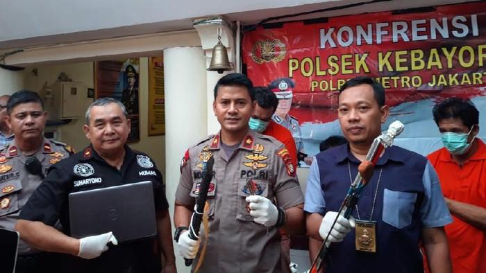 Polisi menangkap pencuri di kantor media online di Jaksel. (Rahel/detikcom)