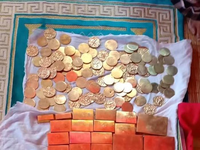 Koin dan emas yang disebut ditemukan di kebun kades di Bone (Foto: DOK. Kepolisian)