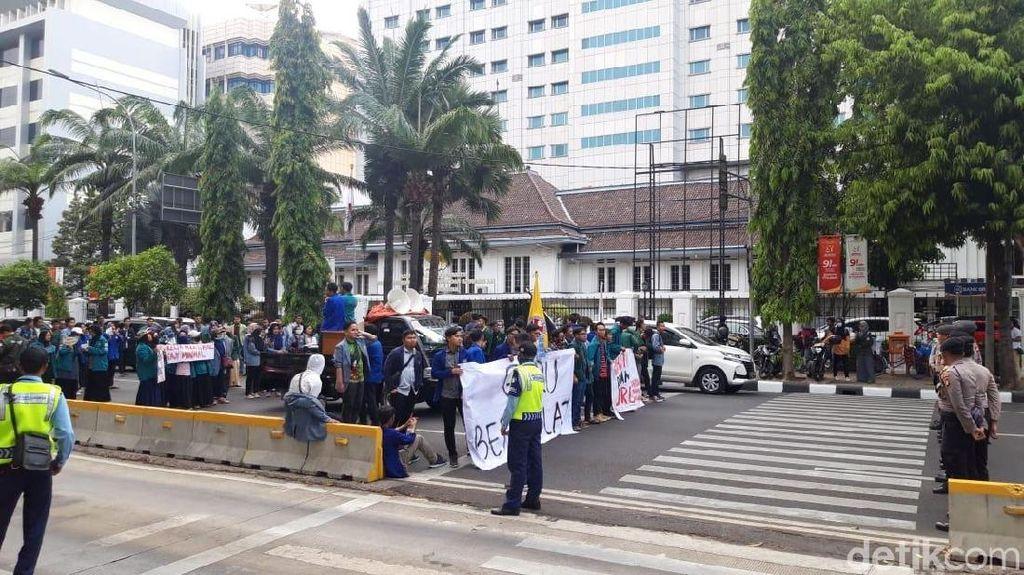 Massa Tuntut Kesejahteraan Guru Masih Bertahan, Lalin Arah Istana Macet