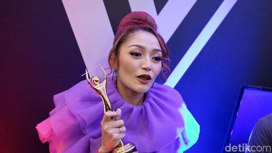 Ungu-ungu! Gaya Syantik Siti Badriah