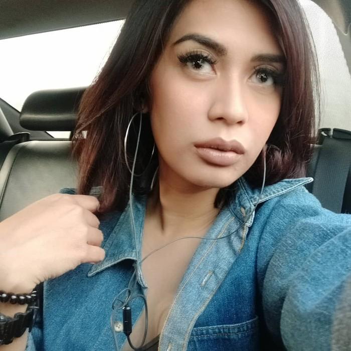 Karen Idol memiliki nama asli Karen Theresia Pooroe. Nama Idol disematkan karena ia merupakan jebolan ajang pencarian bakat Indonesian Idol season 1. Foto: Instagram karenpooroe