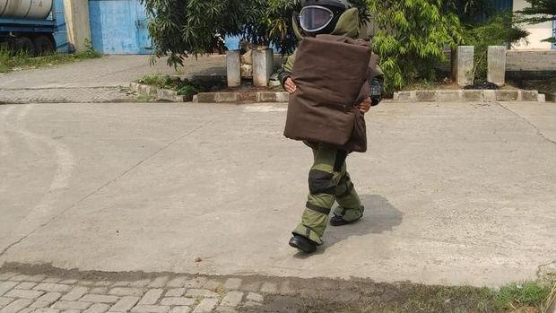 Benda mencurigakan diamankan tim Gegana Brimob Polda Banten di kawasan industri Tangerang