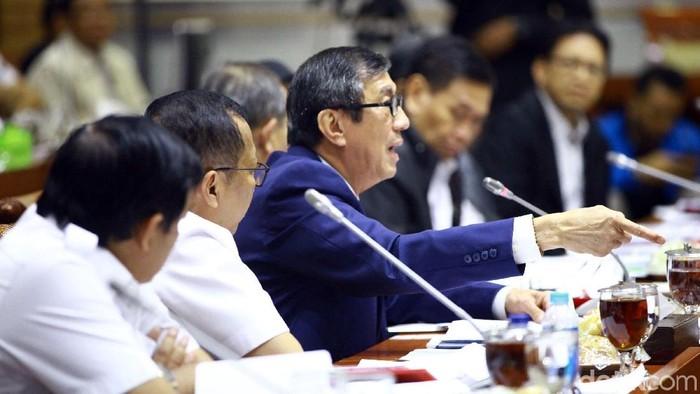 Menteri Hukum dan HAM Yasonna Laoly menghadiri rapat kerja perdana Komisi III DPR di Kompleks Parlemen, Senayan, Jakarta, Kamis (28/11/2019).