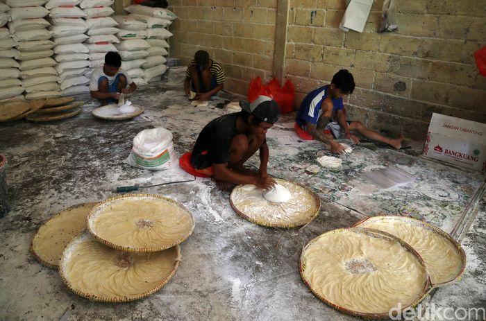 Sejumlah pekerja sedang membuat kulit lumpia di Rusunawa Cakung, Jakarta Utara.