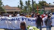 Massa Proinvestasi Demo Protes Kebijakan Seorang Kades di Banyuwangi