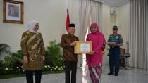 Bina UKM Jadi Produktif, Gubernur Jatim Raih Penghargaan dari Wapres