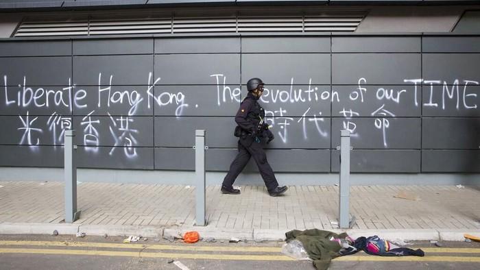 Polisi Hong Kong saat masuk kampus Politeknik Hong Kong yang dikepung polisi beberapa hari ini usai bentrokan sengit dengan demonstran (AP Photo)