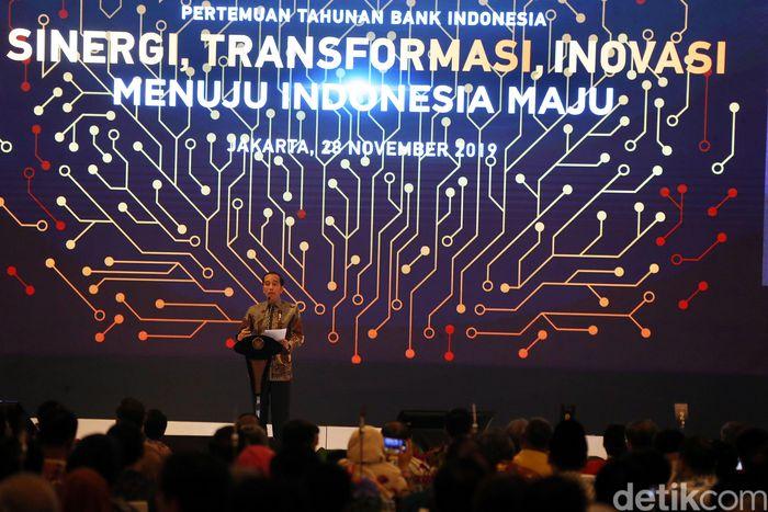Jokowi memberikan sambutan di pertemuan tahunan Bank Indonesia.