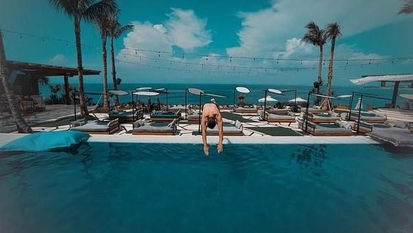 Pebalap MotoGP asal Spanyol itu pamer pose melompat ke kolam renang (@jorgelorenzo99/Instagram)