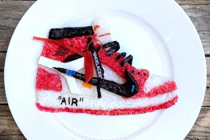 Dalam membuat karyanya, Ro selalu terinspirasi dari merek-merek sepatu keren. Seperti pada karyanya ini yang hanya bermodalkan nasi. Foto: Instagram @eatlikeyoureondeathrow__