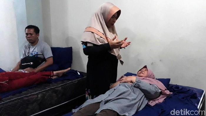 Ningsih Tinampi saat mengobati pasiennya (Foto: Muhajir Arifin/File)
