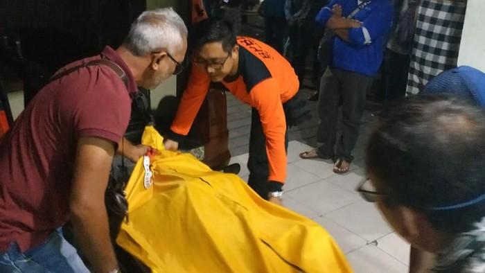 Evakuasi WN Swedia yang ditemukan tewas di penginapan di Kuta. (Foto: dok. BPBD Badung)