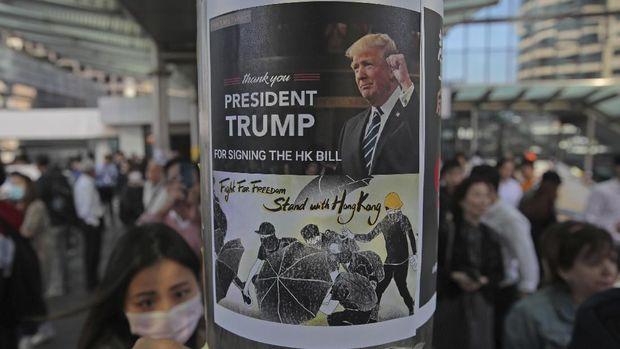 Demonstran Hong Kong memasang poster bertuliskan ucapan terima kasih untuk Presiden AS Donald Trump