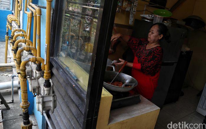 Seorang warga memanfaatkan jaringan pipa gas PGN untuk memasak di Rusunawa Cakung di kawasan Jakarta Utara, Kamis (28/11/2019).