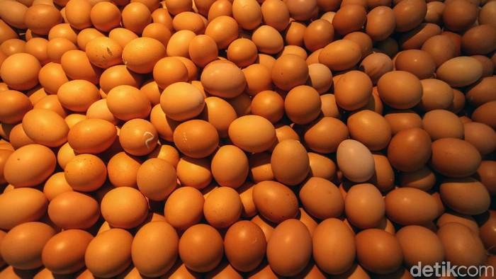 Jelang natal dan Tahun Baru, harga sejumlah bahan pangan diprediksi akan naik. Cabai merah dan telur ayam mulai beranjak naik.