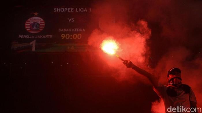 Persija merayakan ulang tahun yang ke-91 bersama Jakmania di SUGBK, Kamis (28/11) malam. Perayaan dilakukan usai mengalahkan Persipura pada laga lanjutan Liga 1.