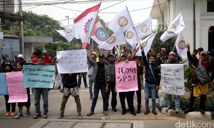 Serikat Pekerja DCost Seafood menggelar aksi unjuk rasa di Restoran DCost VIP yang berada di kawasan Jakarta Pusat, Kamis (28/11/2019).