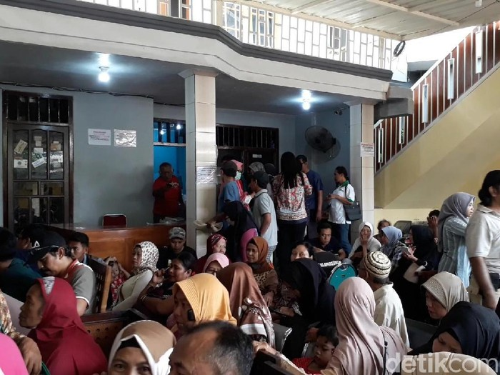 Para pasien di tempat praktik Ningsih Tinampi (Foto: Muhajir Arifin)