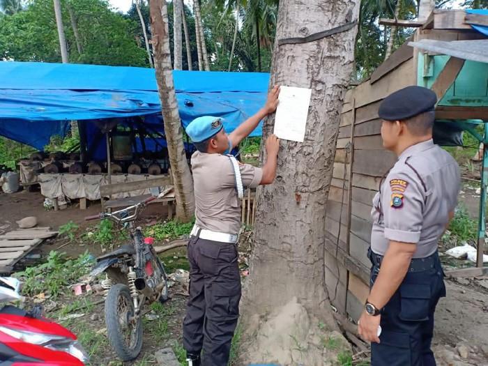 Personel Polres Madina Tempelkan Maklumat (Foto: Istimewa)