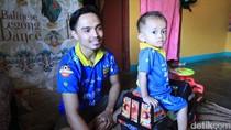 Kisah Ade, Driver Ojol yang Ngojek Sambil Gendong Anak