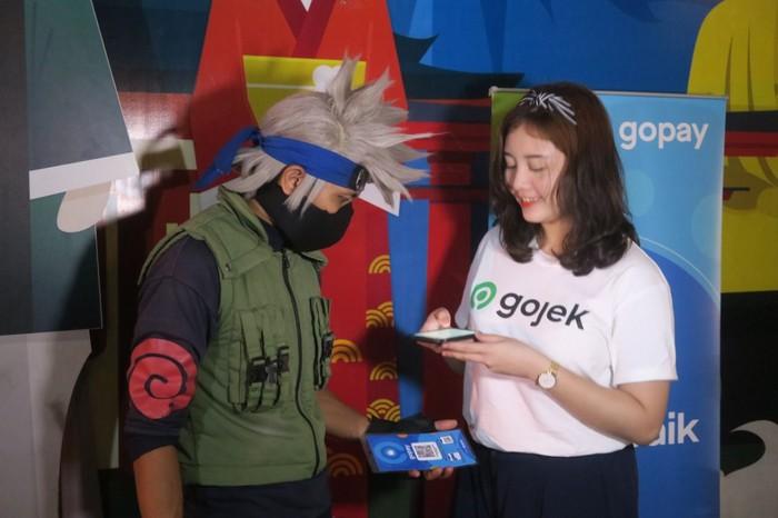 Amel (@foodnotestories) melakukan transaksi pembayaran berfoto bersama cosplayer Hatake Kakashi menggunakan GoPay./Foto: Dok. Istimewa