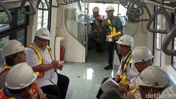 Menristek Bambang Brodjonegoro Menjajal Kereta LRT Jabodebek/Foto: Herdi Alif Al Hikam/detikcom